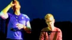 Ai concerti dei Coldplay gli striscioni dei fan diventano realtà