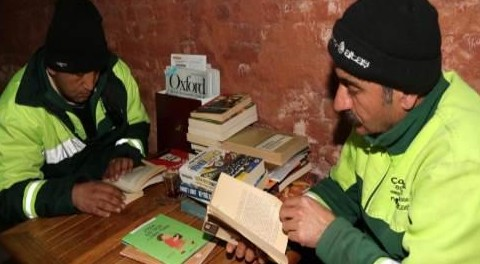 La biblioteca creata con i libri recuperati dalla discarica
