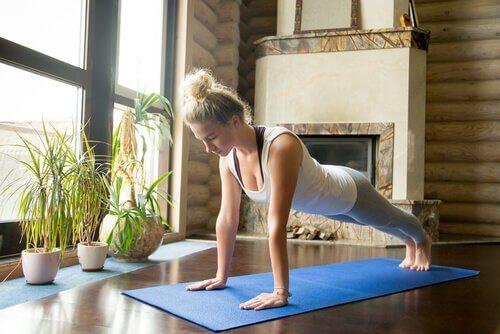 yoga: 5 posizioni per canalizzare l'energia