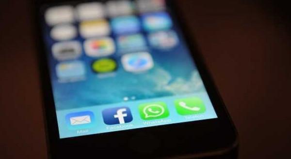 """Quindici regole del """"galateo"""" al tempo dello smartphone e dei social"""