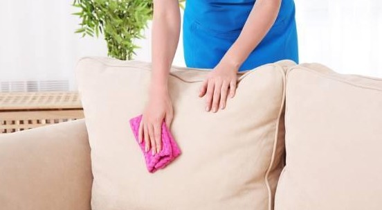 Come pulire e rimuovere le macchie dal divano sfoderabile