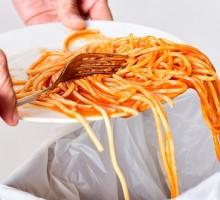 Ogni italiano butta 3 kg di cibo al mese nella spazzatura