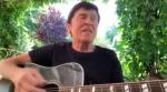 """Gianni Morandi unplugged: canta """"Bella ciao"""" chitarra e voce per il 25 Aprile"""