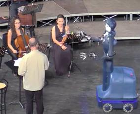 Il robot che dirige l'orchestra a Ravello in azione