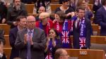 L'Europarlamento approva la Brexit e intona il canto dell'addio: lacrime e abbracci tra i deputati  VIDEO