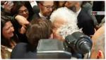 Liliana Segre abbraccia uno studente di destra| VIDEO
