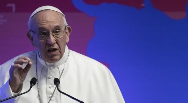 """Il Papa: """"Non abbiamo bisogno di parolai che promettono l'impossibile"""""""
