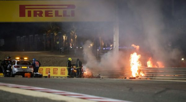 Haas di Grosjean a fuoco in Bahrain, pilota in salvo